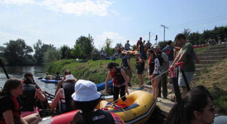 Schlauchboote mit den Studenten und den Paten